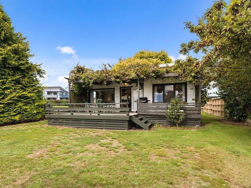 Serenity by the Lake - Lake Taupo Holiday Home, vacation rental in Acacia Bay