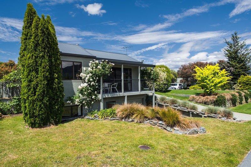 Lake and Mountain Views - Wanaka Holiday Home, holiday rental in Lake Hawea