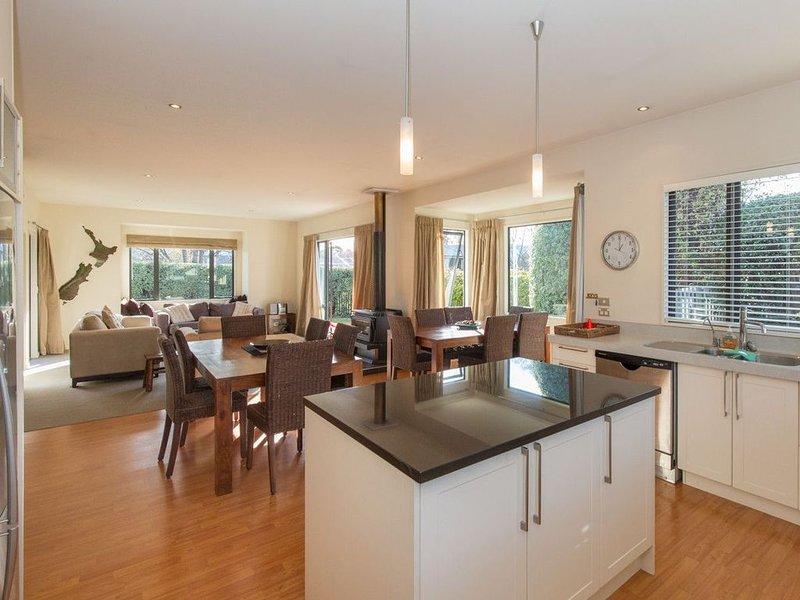 Modern Lake Haven - Wanaka Holiday Home, vacation rental in Wanaka