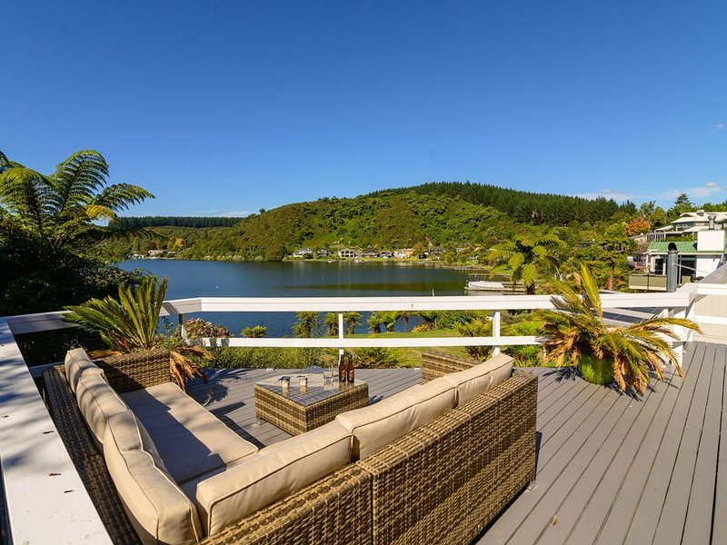 Mourea Lakefront Magic - Lake Rotoiti Holiday Home, alquiler vacacional en Tikitere