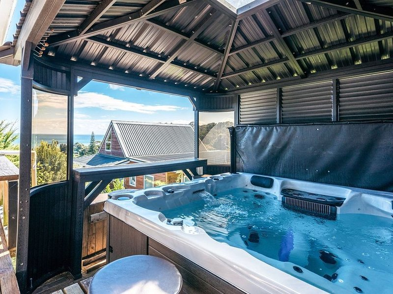 Waiheke Sea View and Spa - Onetangi Holiday Home, casa vacanza a Clevedon