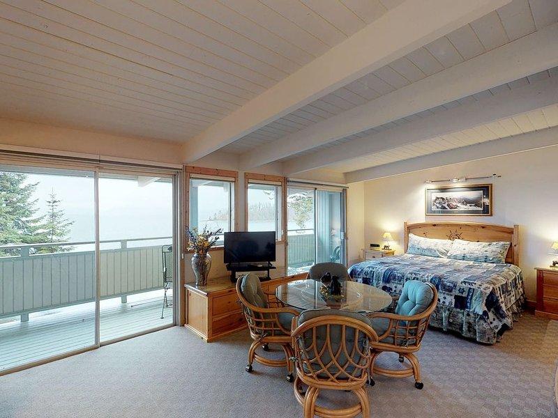Studio condo w/ jetted tub, dock access, lake/mtn views, & flatscreen TV!, casa vacanza a Rollins