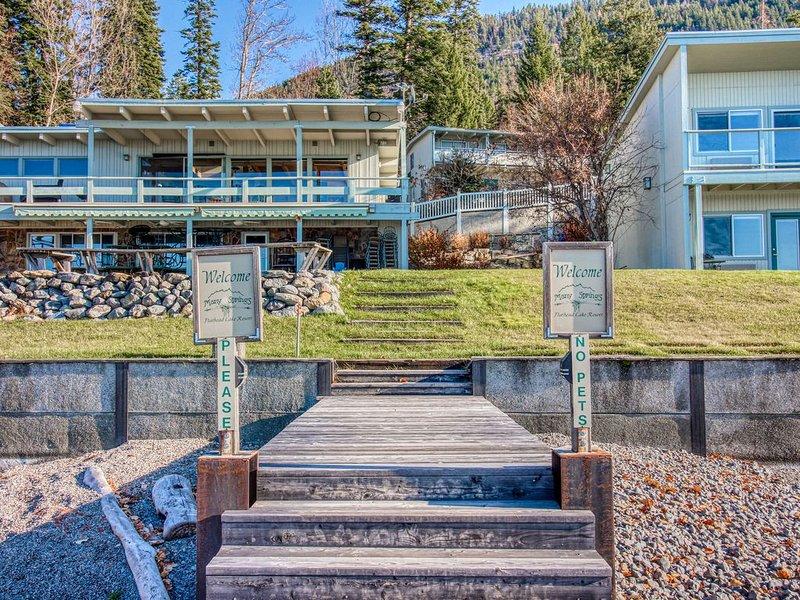Waterfront studio condo w/ lake views, dock access, shared yard, casa vacanza a Rollins