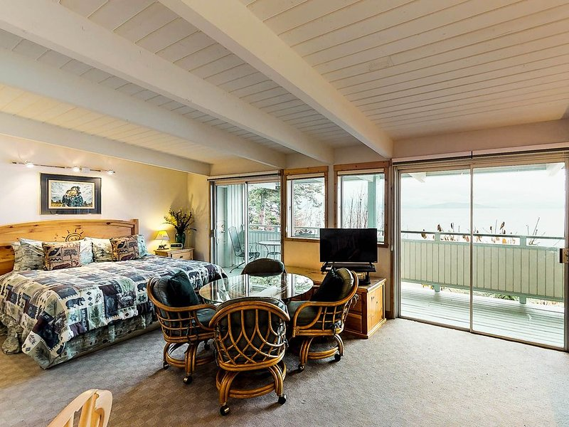 Studio condo on Flathead Lake w/water & mtn views, shared dock, & jetted tub!, casa vacanza a Rollins