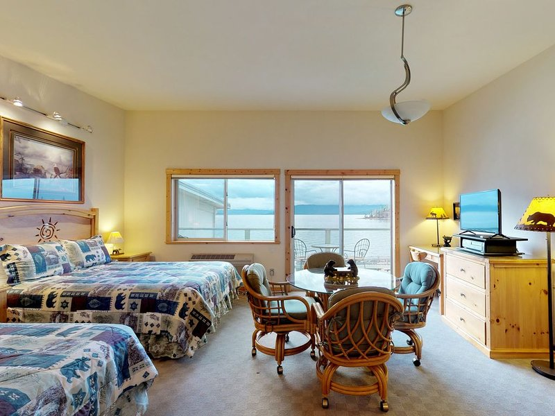 Lakefront studio w/ bay views from private balcony, shared dock & boat slip, casa vacanza a Rollins