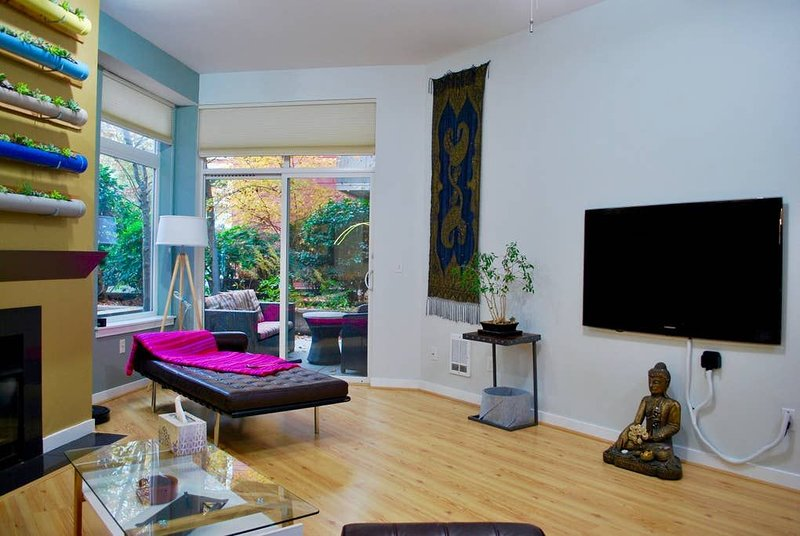 Thoughtfully decorated 12' ceiling apartment nestled in the quiet section of Kir, location de vacances à Redmond