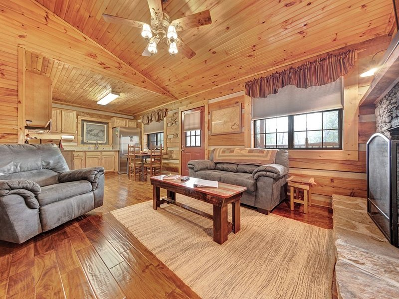 Dog-friendly, rustic home with mountain views, deck with seating, and fireplace, vacation rental in Townsend