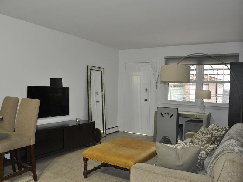 Cozy  Sunny Apartment, location de vacances à Maspeth