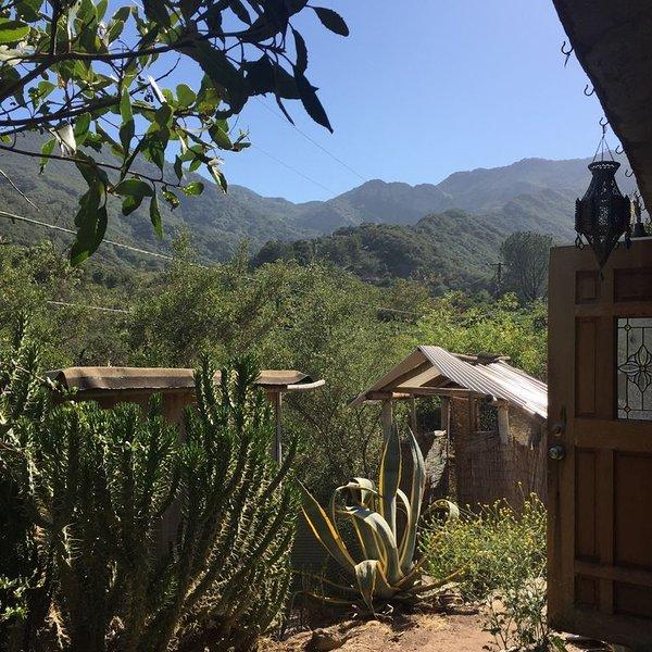 Peaceful, New Bohemian house in gorgeous Topanga canyon, private natural setting, alquiler vacacional en Calabasas