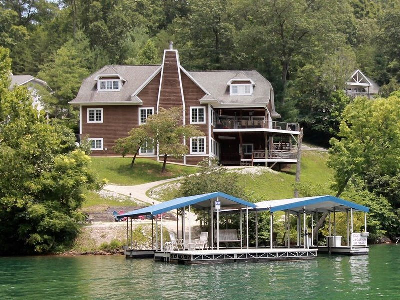 Huge Lakeside Lodge has stunning views and an easy walk to its big dock!, vacation rental in La Follette