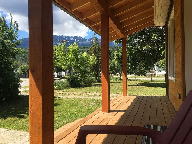 Cozy Corner House, 3 Bedrooms newly renovated, large yard with amazing views, location de vacances à Golden