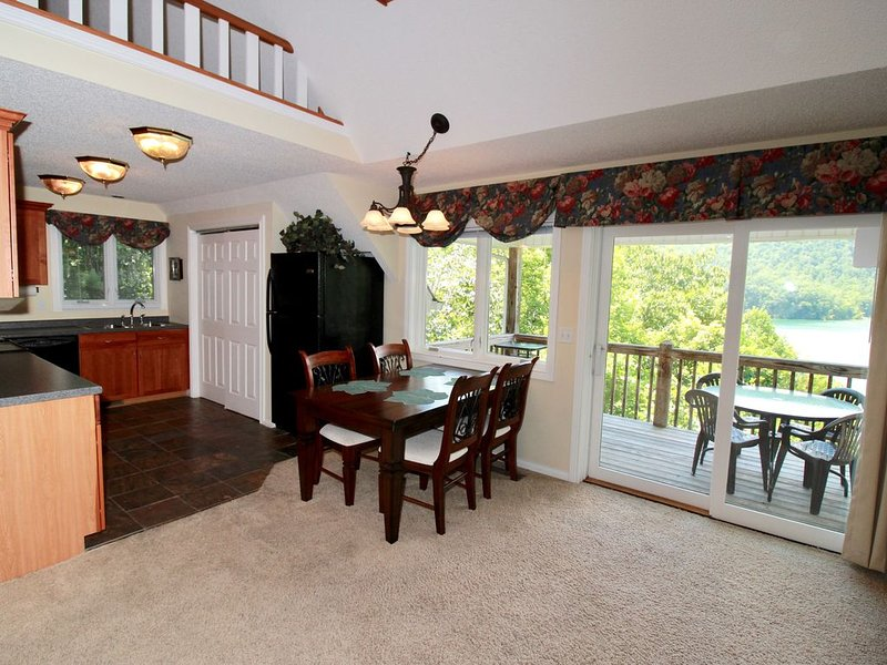 Lakeside Lookout has superb views of Norris Lake, a loft, and its own dock!, vacation rental in La Follette