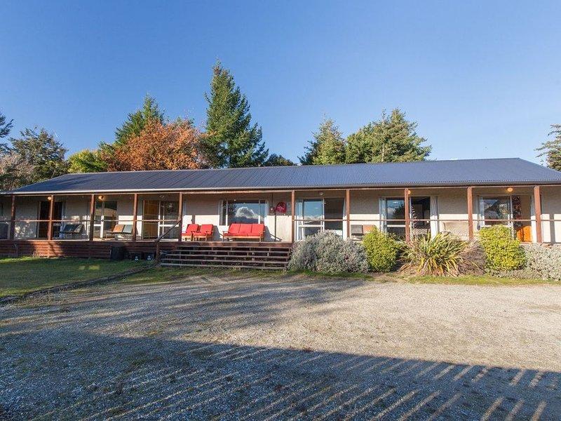The Long House - Wanaka Holiday Home - Bachcare NZ, holiday rental in Lake Hawea
