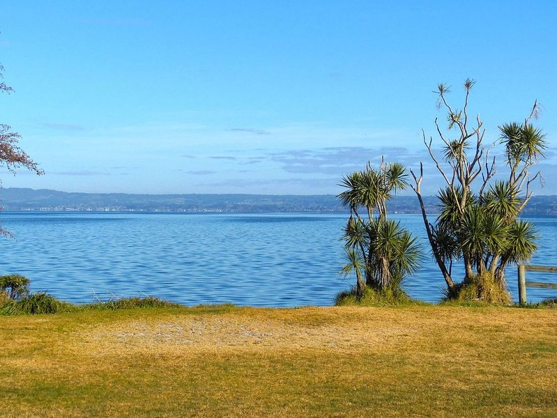 Tui - Hamurana Holiday Home - Lakefront Views