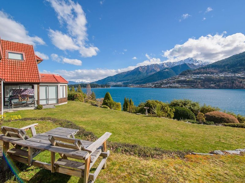 Lakefront Cottage - Queenstown Holiday Unit, holiday rental in Frankton