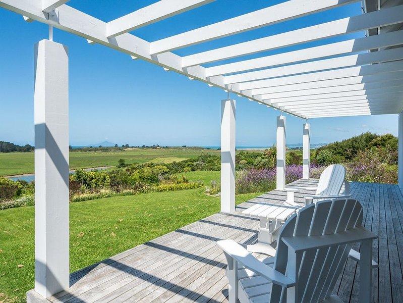 Modern Waipu Bach with Panoramic Sea Views - Waipu Holiday Home, holiday rental in Whangarei Heads