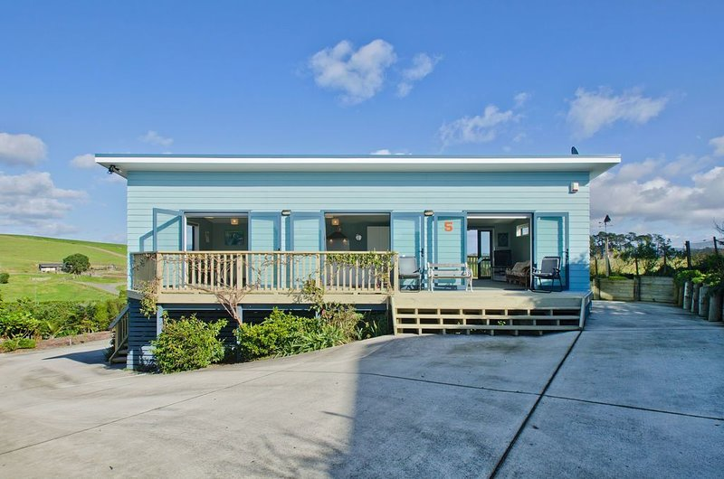 The Blue Cottage with WiFi- Waipu Holiday Home, holiday rental in Whangarei Heads