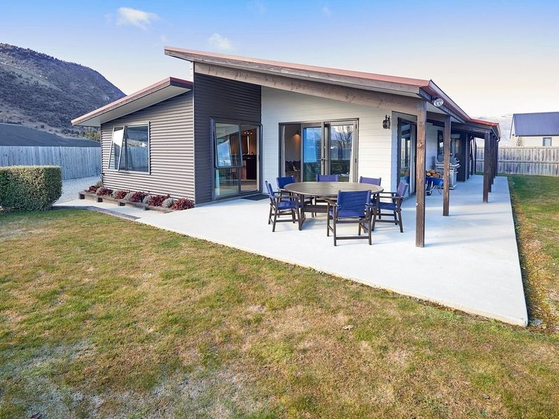 Juno Escape - Wanaka Holiday Home, holiday rental in Lake Hawea