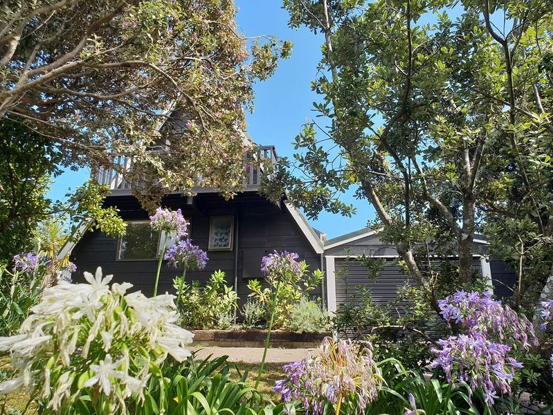 Scandi Seaside Retreat - Waikanae Beach Bach, vacation rental in Kapiti Coast