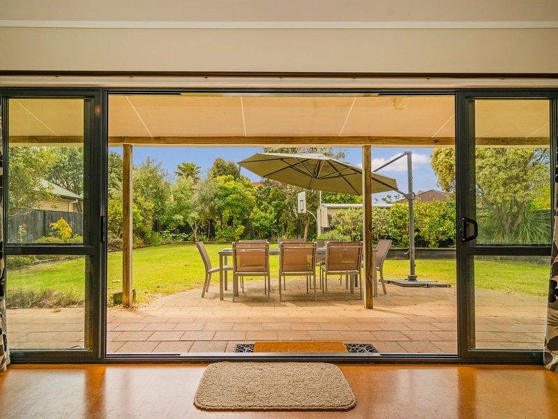 Kowhai Corner - Matarangi Holiday Home, holiday rental in Coromandel