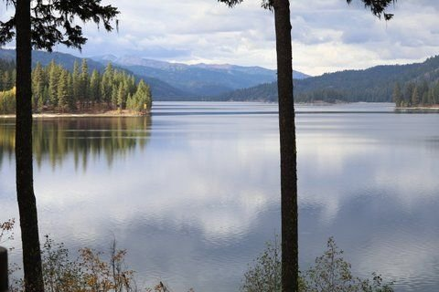 LAKEFRONT LOG CABIN WITH BEACH ACCESS AND BOAT SLIP, vacation rental in McCall