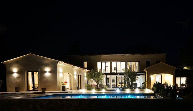 Très grande maison neuve  design avec piscine idéalement placée, location de vacances à Paradou