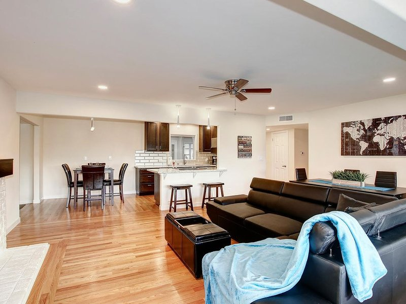 Relaxing family getaway with pool, outdoor bar, and game room with pool table, location de vacances à Citrus Heights
