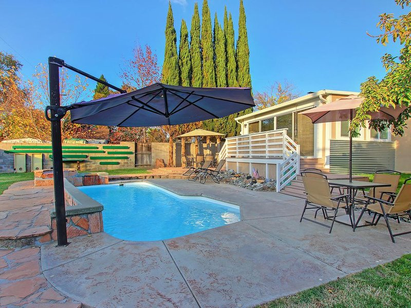 Relaxing family getaway with pool, outdoor bar, and game room with pool table, location de vacances à Roseville