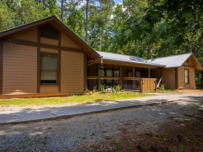 Eagles -Comfortable, Homey Cabin Sleeps 14 on Lake Allatoona, holiday rental in Waleska