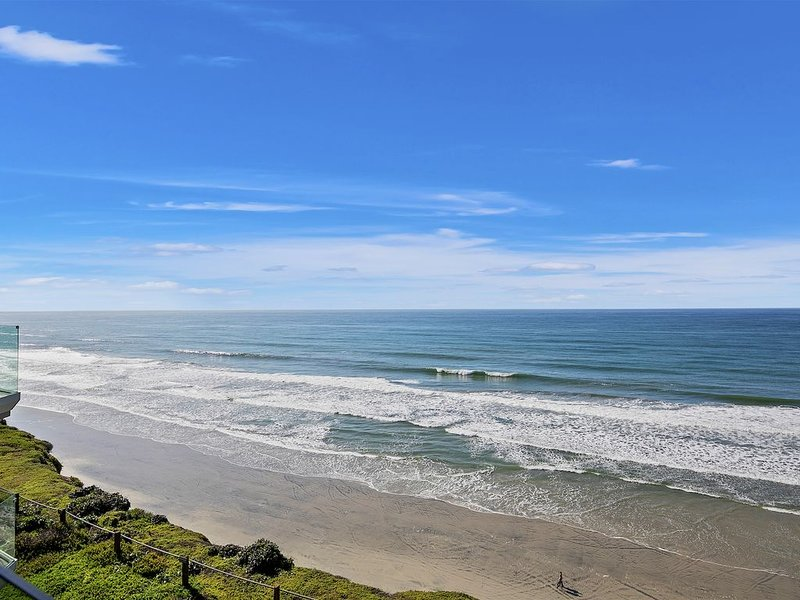 Oceanfront, Top-Floor, Gorgeous New Remodel in Solana Beach!, vacation rental in Solana Beach