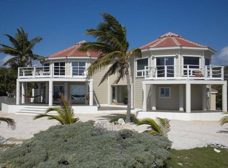 THE ULTIMATE LUXURY BOTANICAL FAMILY ESTATE VERY LARGE 3,480 SQFT ON THE BEACH!!, Ferienwohnung in Little Cayman