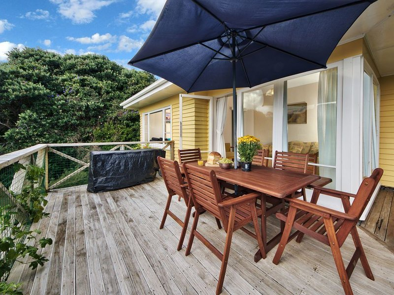 Surfer's Sunshine Cottage - Piha Holiday Home, holiday rental in Piha