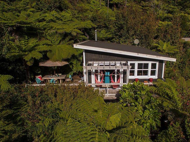 Tairua Treehouse - Tairua Holiday Home, vacation rental in Tairua