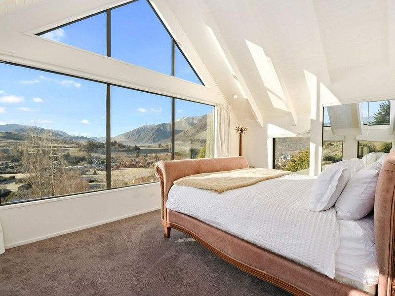 Lindmore Lodge - Queenstown Holiday Home, vacation rental in Lake Hayes