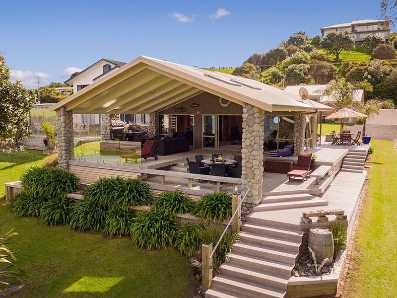 Spectacular Simpsons Beachfront - Simpsons Beach Holiday Home, holiday rental in Whitianga