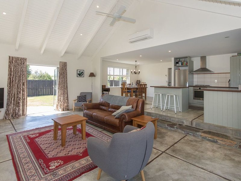 Modern Cottage Charm - Albert Town Holiday Home Only 5 Minutes From Wanaka, holiday rental in Lake Hawea