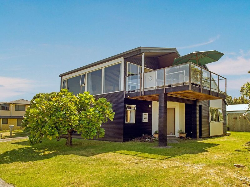 By The Beach - Whangamata Holiday Home, holiday rental in Whangamata