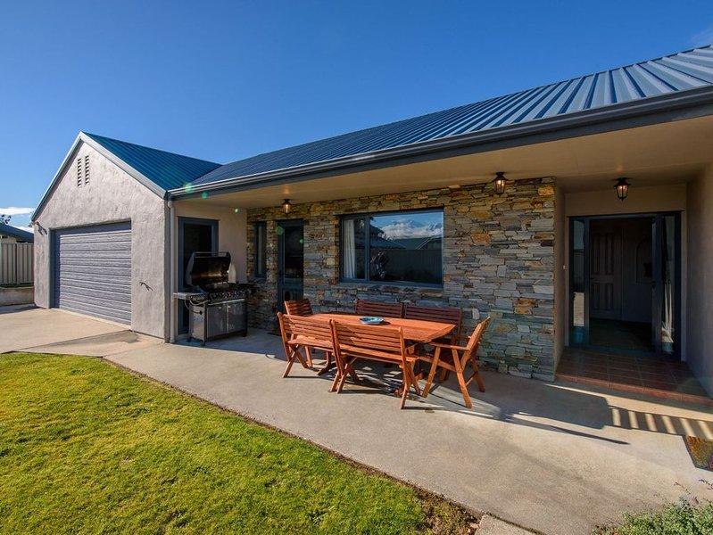 Mount Iron Magic - Wanaka Holiday Home, holiday rental in Lake Hawea