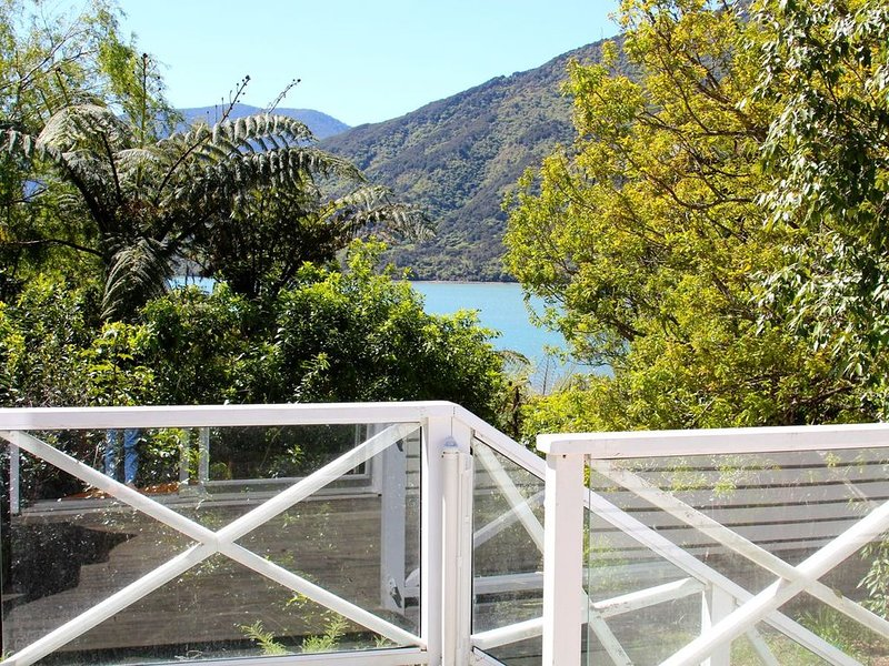 Mahakipawa Waterfront Hideaway - Belvue Bay Holiday Home, location de vacances à Marlborough Region