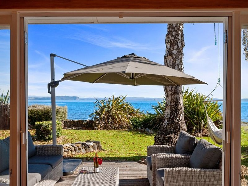 North Cole Cottage - Hatepe Lake Front and Pet Friendly Holiday Home, casa vacanza a Te Rangiita