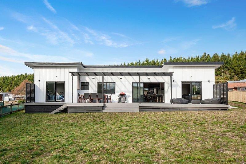 The Marvel of Motuoapa - Modern Holiday Home, holiday rental in Turangi