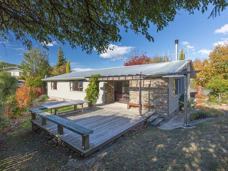 Kowhai Cottage - Wanaka Holiday Home, vacation rental in Wanaka