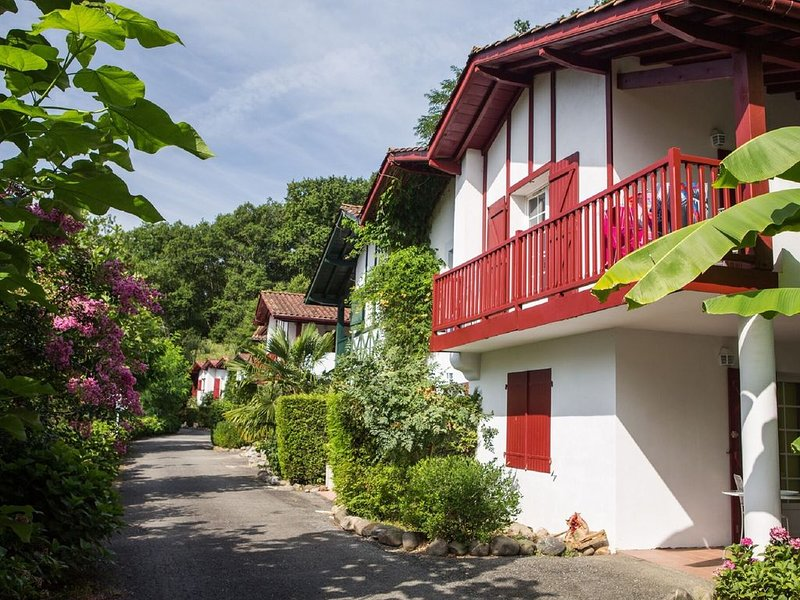 Colorful apartment in Basque style in a green environment, vacation rental in La Bastide Clairence