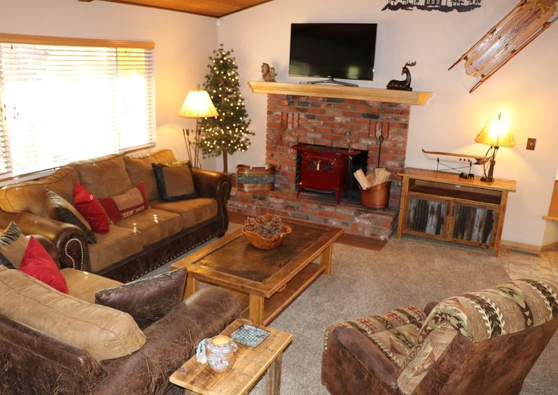 Fox Farm, Cozy cabin with a game room, hot tub, & 2 decks in a great location!!, alquiler de vacaciones en Moonridge