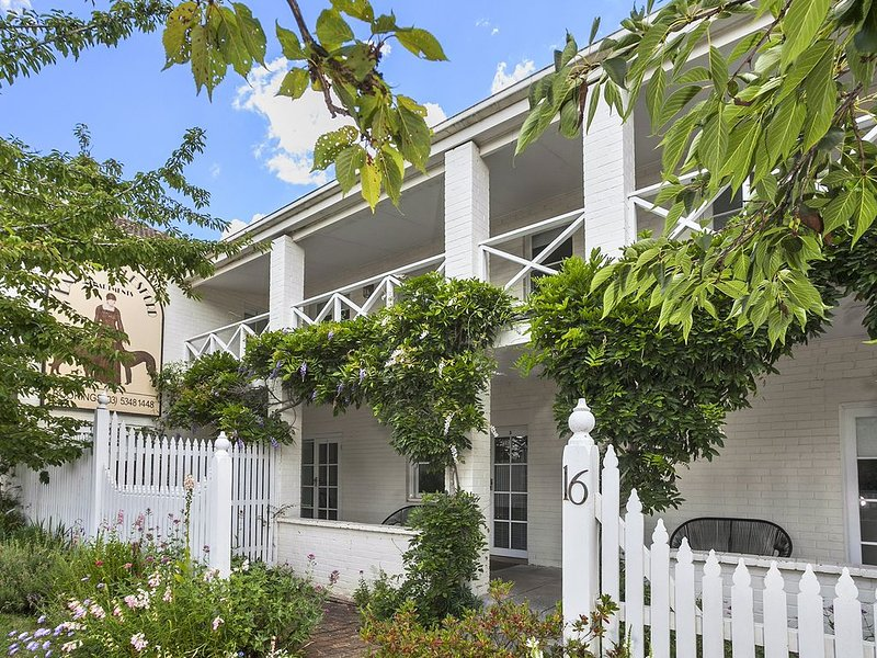 Lake Daylesford Apartment 2A - Lakefront with Free Wifi, casa vacanza a Eganstown
