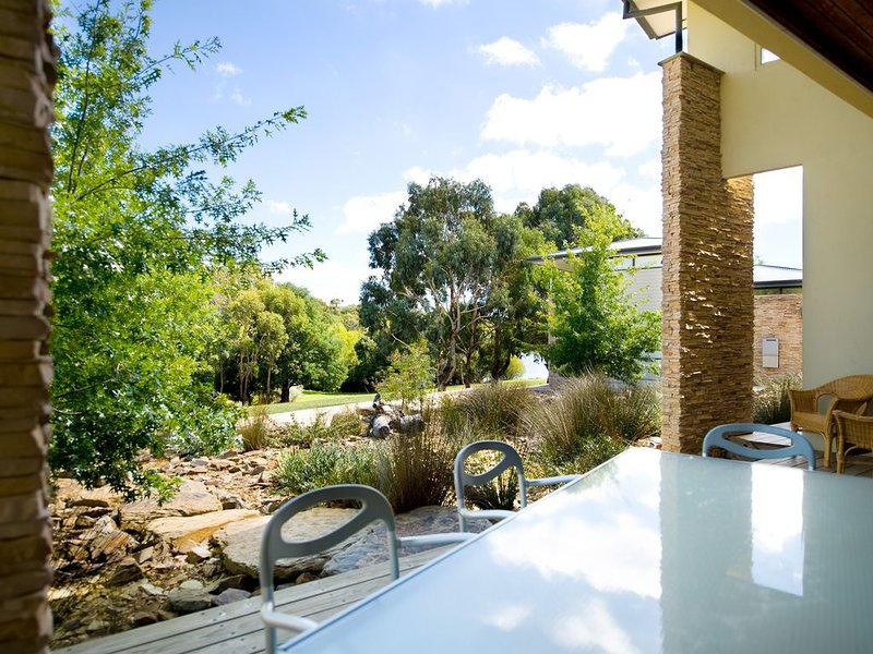 Lake Daylesford Lodge 4 - On the shore of Lake Daylesford., casa vacanza a Eganstown
