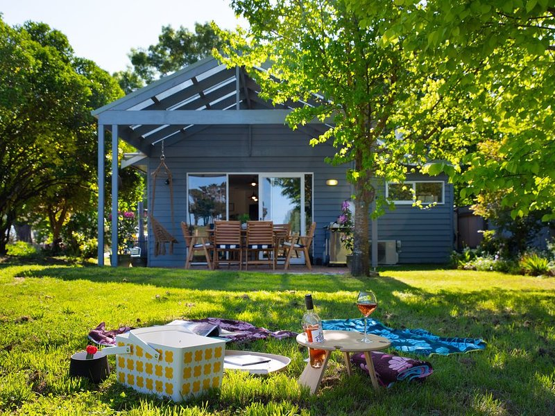 Wayward Cottage - Pet Friendly Haven with Free Wi-Fi!, holiday rental in Trentham