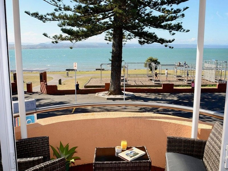 Barrons On The Beach - Napier Holiday Home, holiday rental in Napier