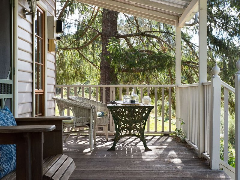 All Views - Charming Miners Cottage for Two!, alquiler de vacaciones en Eganstown