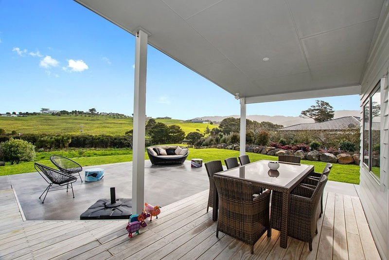 Pukeko Paradise - Mangawhai Heads Holiday Home, holiday rental in Kaiwaka